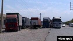 Дальнобойщики на КПП на границе Узбекистана и Кыргызстана