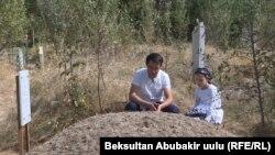 Дочь и брат Алишера Саипова на его могиле в Оше