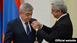 Серж Саргсян награждает медалью своего брата Левона Саргсяна