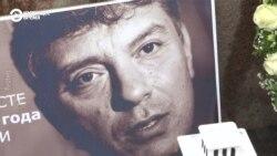 Советник Трампа Джон Болтон возлагает венок на месте убийства Немцова