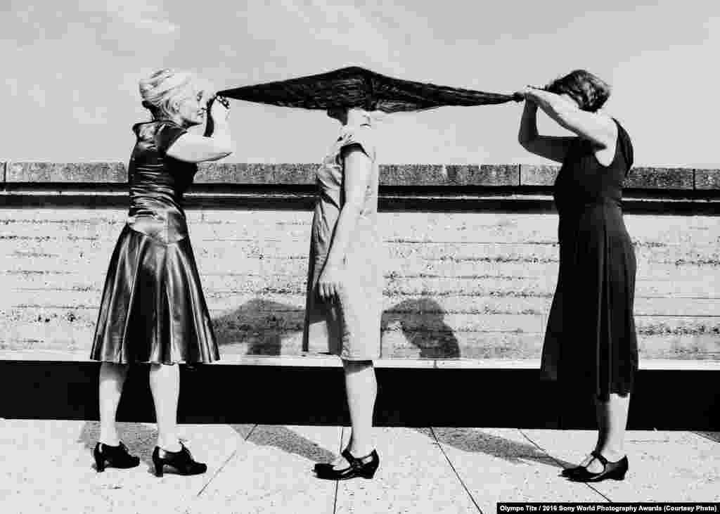 """""""Своей фотографией я хотел показать, что тело каждого человека несет свою определенную историю, в любом месте, в любом возрасте. Тело никогда не врет. Каждое незначительное движение рассказывает историю, даже если люди этого и не осознают. Эту отстраненность от наших тел – вот, что я пытался донести через фотографию. С этими тремя прекрасными женщинами я работал в качестве хореографа в Королевской балетной школе"""", – говорит фотограф"""
