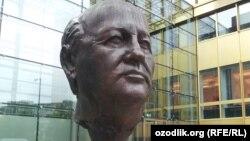 Памятник Михаилу Горбачеву в Берлине
