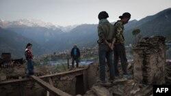 Жители разрушенной землетрясением деревни в Непале