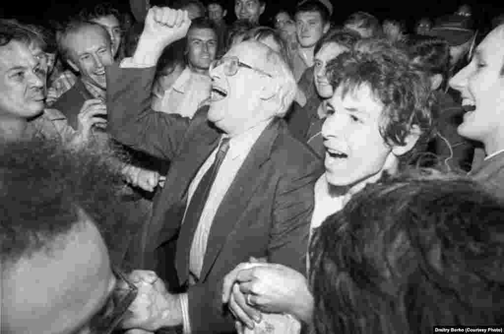 Виолончелист Мстислав Ростропович с москвичами празднует на Лубянской площади провал путча. 22 августа 1991 года.