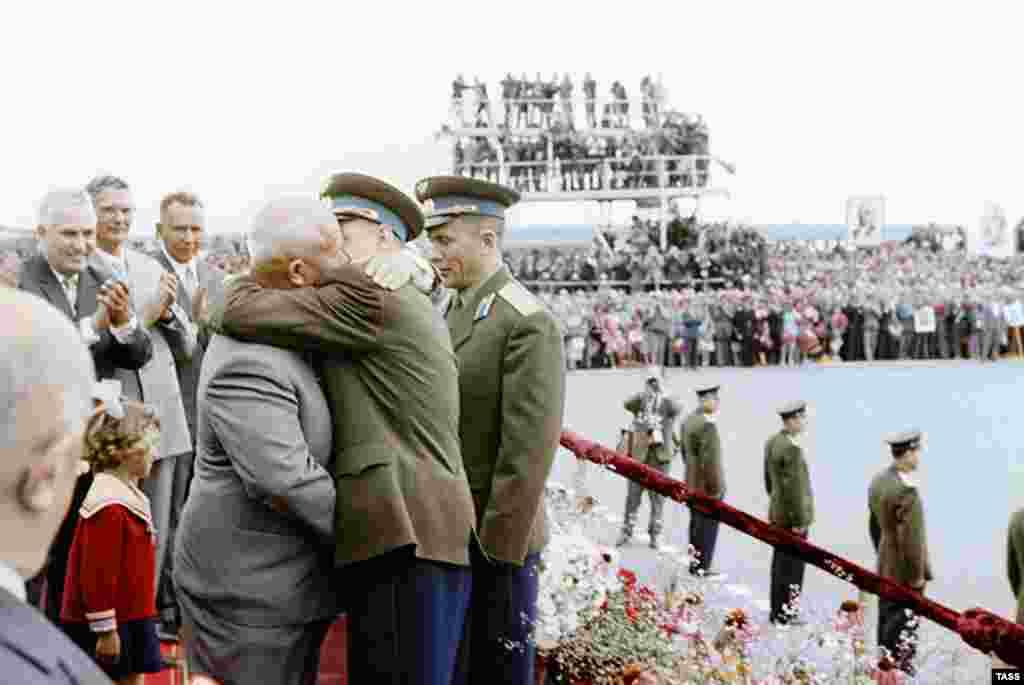 Цветная фотография с той же церемонии в 1962 году