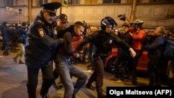 """Задержания на акции протеста """"Забастовка избирателей"""" в Петербурге"""