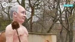 Путин на золотом унитазе: акция перед посольством России в Праге