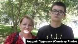 Максим Пудовкин с мамой Еленой, 2020 год
