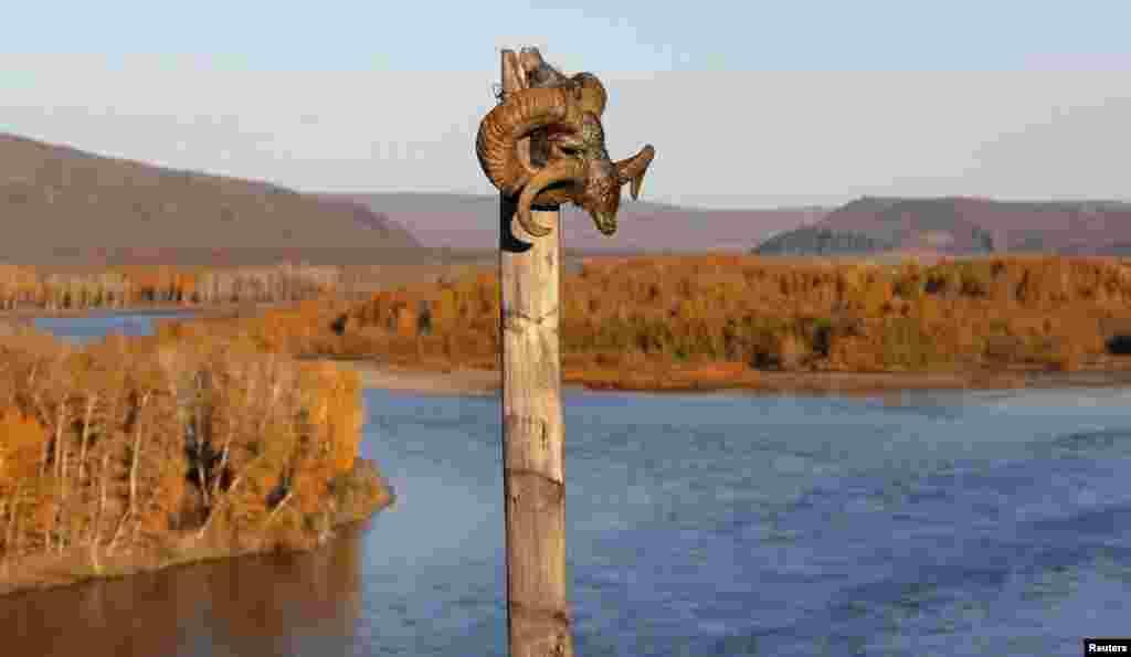 В шаманизме череп горного барана – священен. Согласно поверьям, того, кто проявит неуважение к атрибуту, непременно ждет смерть