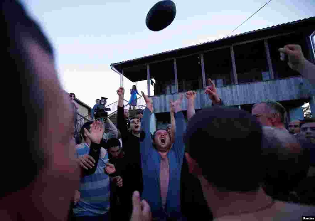 """В Грузии пасхальные обычаи связаны с фольклорными. Каждый год в Пасху западные грузины играют в """"лело бурти"""", местную разновидность регби. Мяч для этой игры шьется вручную и весит 16 кг.Побеждает та команда, которая с мячом перейдет реку и положит его на другом берегу. Позже мяч относят на кладбище и оставляют там в знак уважения к предкам"""