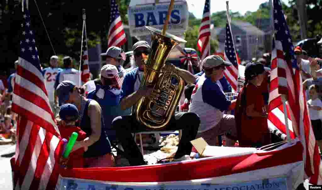 """В полдень 4 июля в каждом штате пускают""""салют единства"""". Пушечный выстрел – дело рук любой военной базы, где есть артиллерия"""