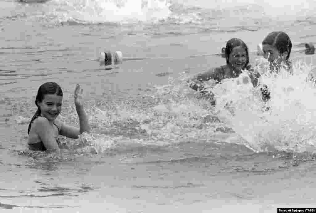 """Также Саманта писала, что в """"Артеке"""" впервые искупалась в море: несмотря на то, что штат Мэн находится на океане, до этого она плавала только в бассейнах. Для нее было открытием, что вода в море соленая"""