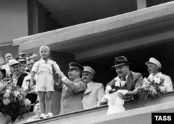 Иосиф Сталин и Вячеслав Молотов с детьми на трибуне