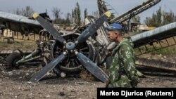 Пророссийский сепаратист на территории разрушенного аэропорта в Луганске. Сентябрь 2014 года