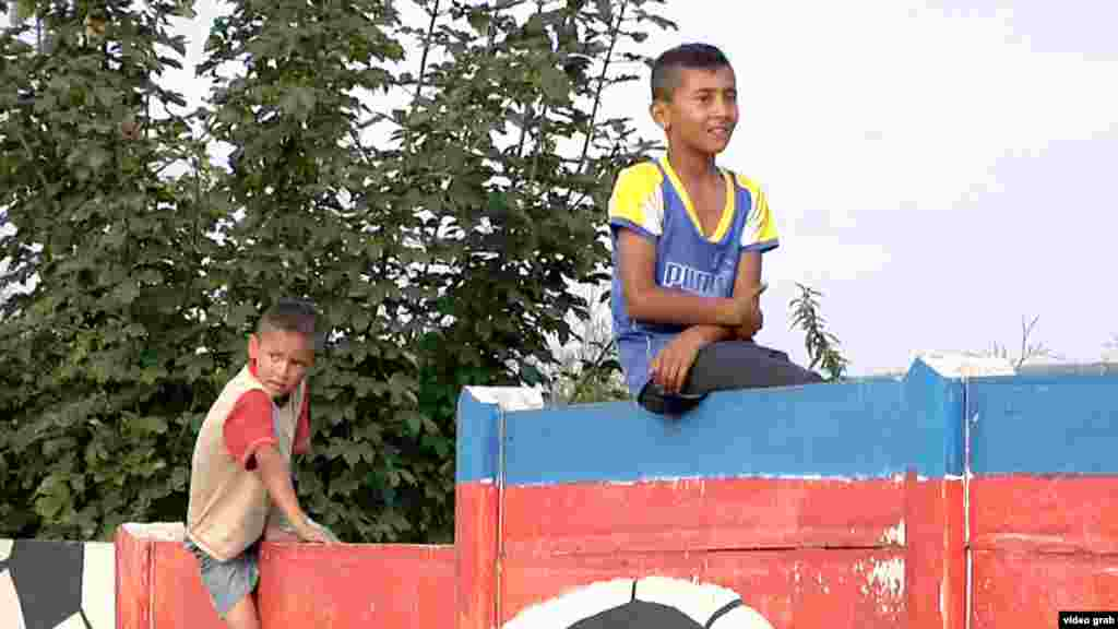 """Еще одна страна, решившая """"отгородиться"""" от проблемных граждан, Словакия. В восточном городе Острованы находится большое поселение цыган, которое отделили от остального населения бетонной стеной. Местные жители утверждают, что цыгане воруют у них садовые урожаи"""