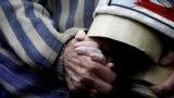 """Переживший Холокост Эдвард Мосберг держит руку своей внучки Джорданы Крагер во время ежегодного """"Марша живых"""" в Освенциме"""