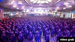 """В Екатеринбурге прошел пропутинский перформанс, где несколько сотен рабочих танцевали на складе интернет-супермаркета под песню """"Любэ"""""""