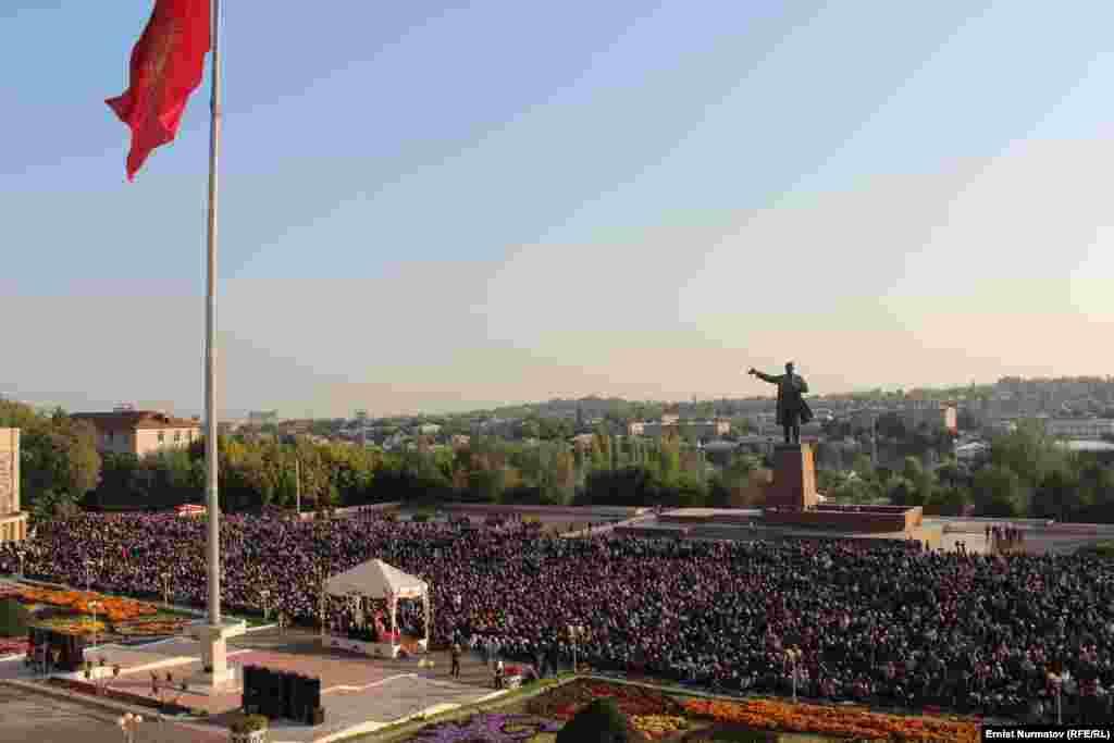 На фото - праздничный намаз на главной площади в городе Ош, Кыргызстан