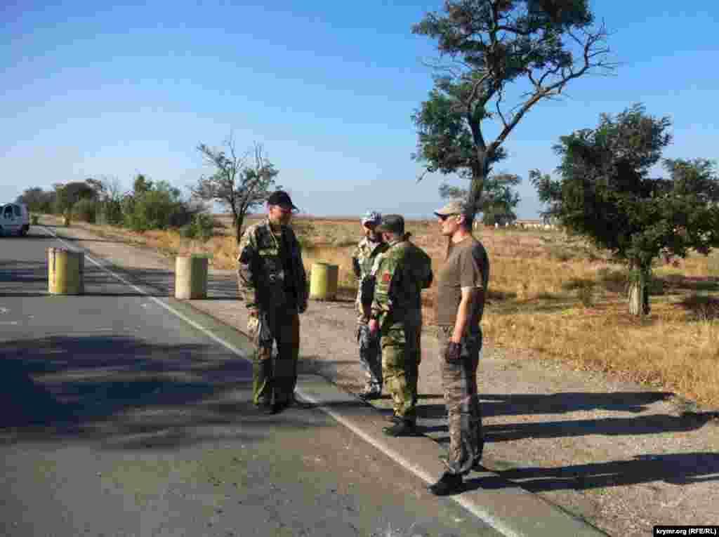 Участники акции поставили на дороге неподалеку от административной границы с Крымом бетонные блоки, тем самым установив блокпост