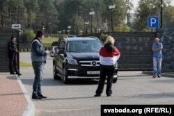 """Активисты у ворот ресторана """"Поедем Поедим"""" вблизи мемориала Куропаты, 2 октября 2018 года. Фото: svaboda.org"""