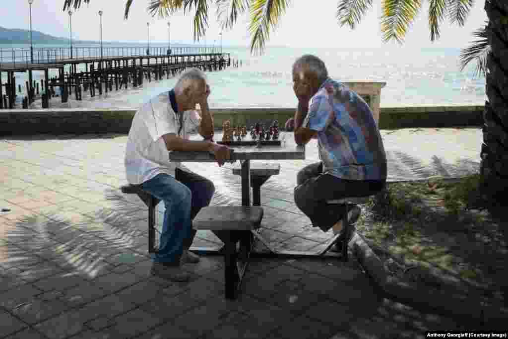 Шахматисты у Сухумского пирса.