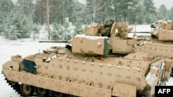 Американские танки M2A3 Bradley на учениях в Латвии