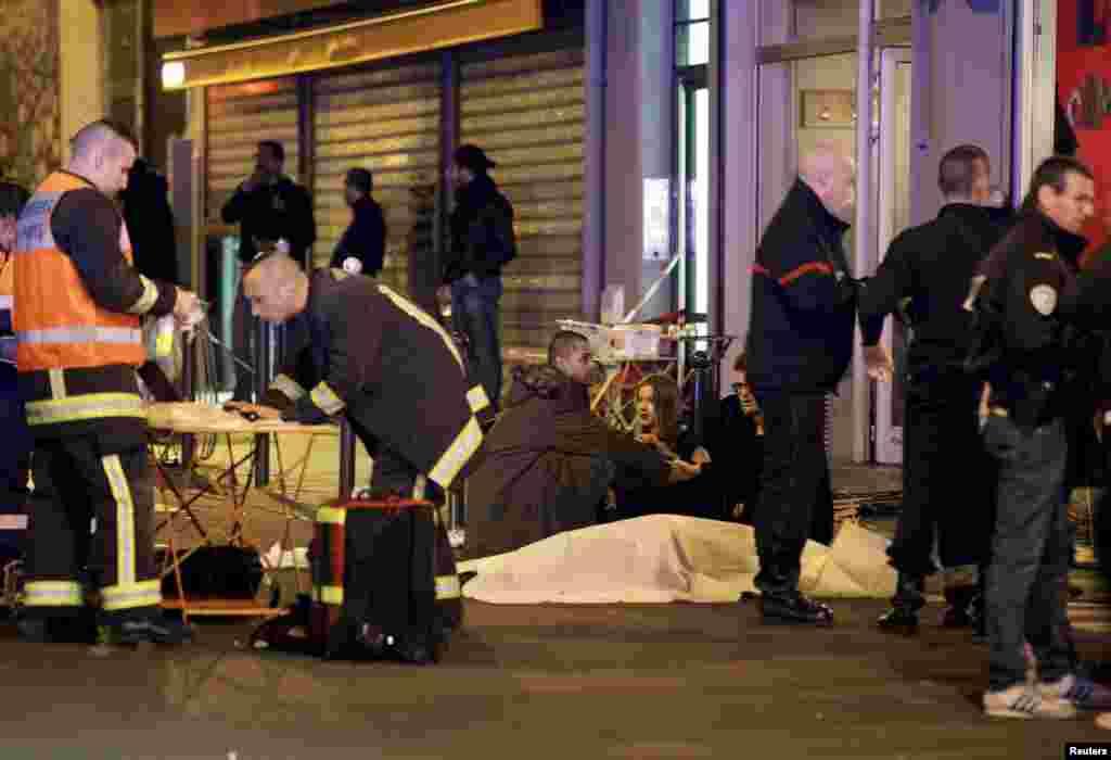 Полицейские и спасатели рядом с одним из ресторанов, в котором открыли стрельбу