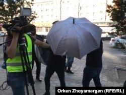 Неизвестные препятствуют вести съемку репортерам Азаттыка. Нур-Султан, 6 июля 2019