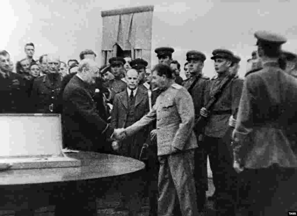 Тегеранская конференция 1943 года. Британский премьер Уинстон Черчилль вручает главе советской делегации Иосифу Сталину дар английского короля Георга VI, церемониальный Меч Сталинграда, украшенный драгоценными камнями.
