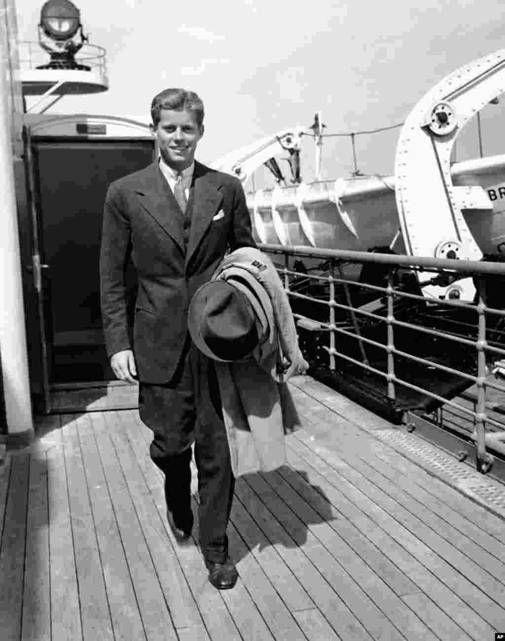 Будущий президент США Джон Кеннеди возвращается в Нью-Йорк после летнего отпуска в Европе (1938 год). Через три года он начнет службу на флоте, а после нее изберется в Конгресс. В 1961 году Кеннеди стал президентом США.