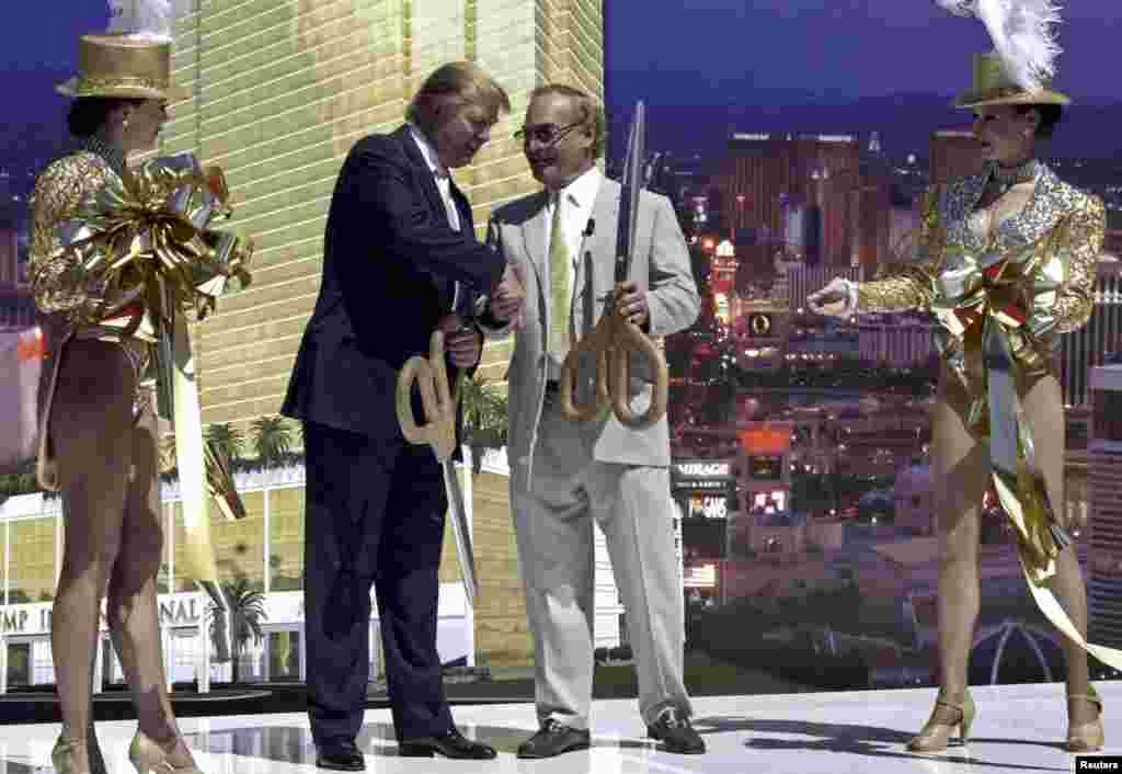 Церемония открытия Международного отеля и башни Трампа в Лас Вегасе в 2005 году. Это один из многих элитных объектов недвижимости, который принадлежит бизнесмену