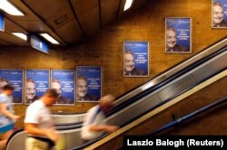 "Июль 2017 года, будапештское метро. ""Не дадим Соросу смеяться последним"", – гласит плакат"