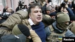 Михаила Саакашвили задерживают 5 декабря (архивное фото)