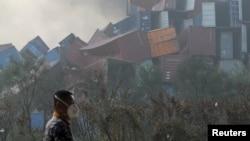 Контейнеры в порту Тяньцзиня, покореженные взрывом