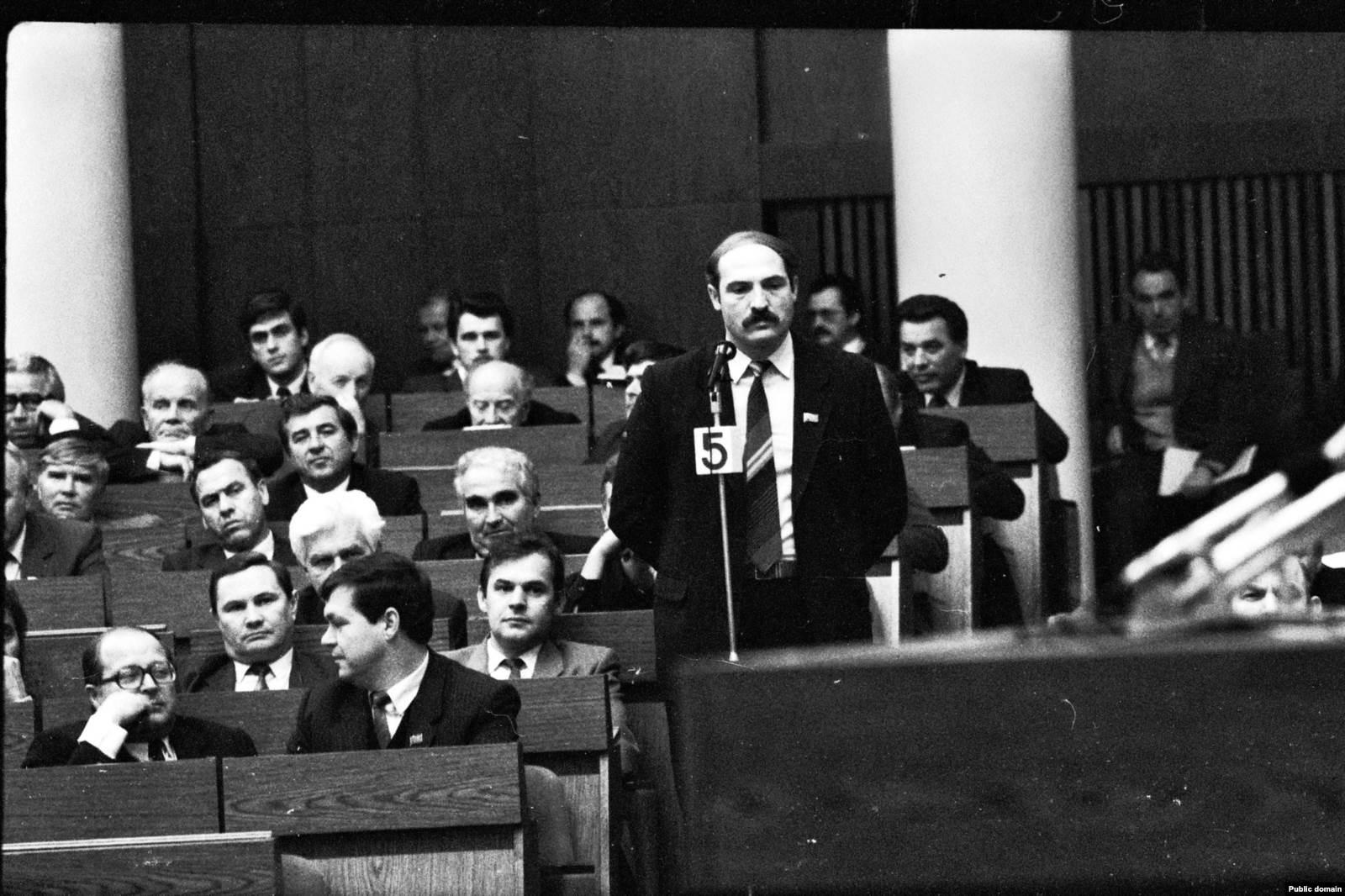 Депутат Александр Лукашенко в Овальном зале Верховного совета, 1991 год. Фото: Владимир Сапогов