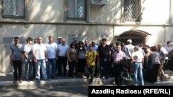 Люди у здания суда в Баку протестуют против процесса Хадиджи Исмаил 7 августа 2015 года