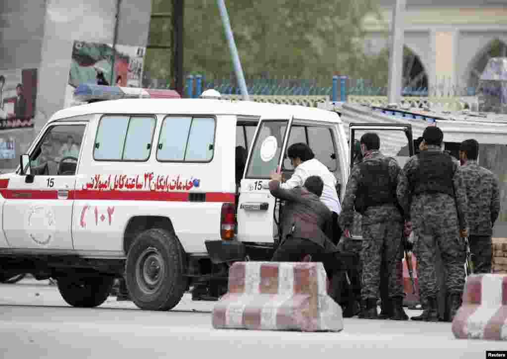 Представитель МВД Афганистана сообщил BBC, что один из нападавших был убит солдатами Афганской национальной армии, еще двое разыскиваются