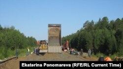 Дорожные службы засыпают тридцатиметровый провал на трассе Тюмень-Ханты-Мансийск