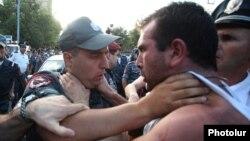 Стычки между полицией и протестующими на проспекте Баграмяна вечером 1 сентября
