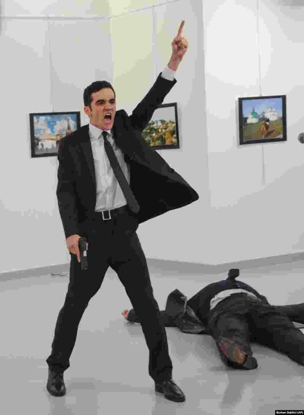 """Главной в 2016 году стала безусловно фотография Мевлюта Алтынташа, который на открытии выставки в Анкаре застрелил российского посла в Турции – Андрея Карлова.""""Мне потребовалось несколько секунд, чтобы понять, что произошло: человек умер прямо передо мной, перед моими глазами закончилась чья-то жизнь. Конечно же, я боялся и понимал всю опасность того, если нападавший меня заметит. Но все же я высунулся и сделал несколько кадров, как мужчина оскорблял отчаявшихся заложников. Я думал об одном: """"Вот, я здесь. Даже если меня ранят или застрелят, я – журналист. Я должен делать свою работу"""". Я мог убежать, не сделав ни одной фотографии. Но у меня тогда не будет внятного ответа на вопрос: """"Почему ты ничего не сфотографировал?"""" – рассказал фотограф своим коллегам из Associated Press."""