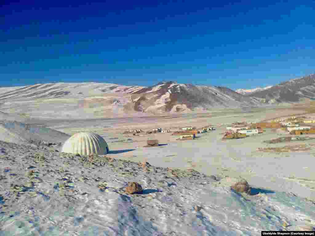 Высокогорное село Баш-Кумбоз на пути в Хорог, центр Горно-Бадахшанской области Таджикистана. Здесь расположены поселения памирских киргизов
