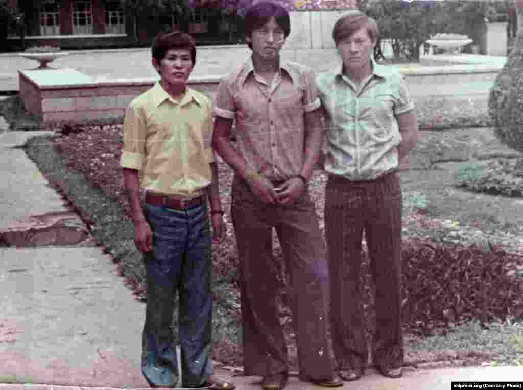 Президент Кыргызстана Сооронбай Жээнбеков (в центре) в молодости