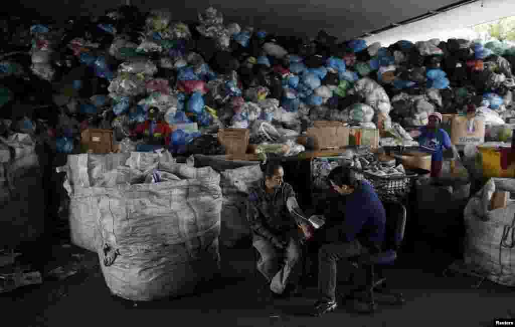 Работа на мусоросортировочном предприятии - адский труд. Сотрудники вынуждены обращаться к доктору прямо на рабочих местах