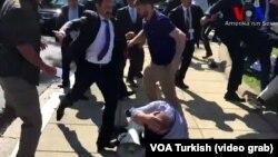 Сторонники Эрдогана избивают протестующих около посольства Турции в Вашингтоне в мае 2017