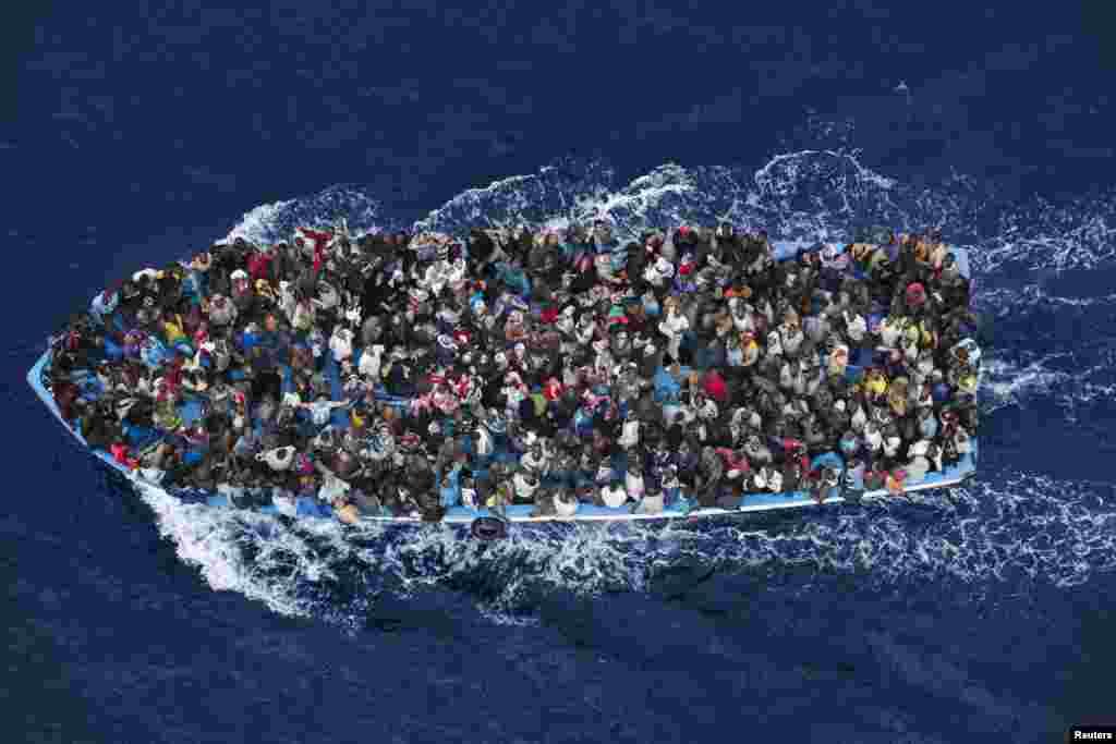 """Итальянец Массимо Сестини стал обладателем второго приза в категории """"Главные новости. Одиночные снимки"""" - за фото нелегальных мигрантов, потерпевших крушение недалеко от побережья Ливии и спасенных экипажем итальянского фрегата."""
