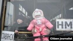 Автобус с эвакуированными беженцами в Славянске