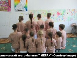 "На репетиции активистского театра-балагана ""Мерак"""
