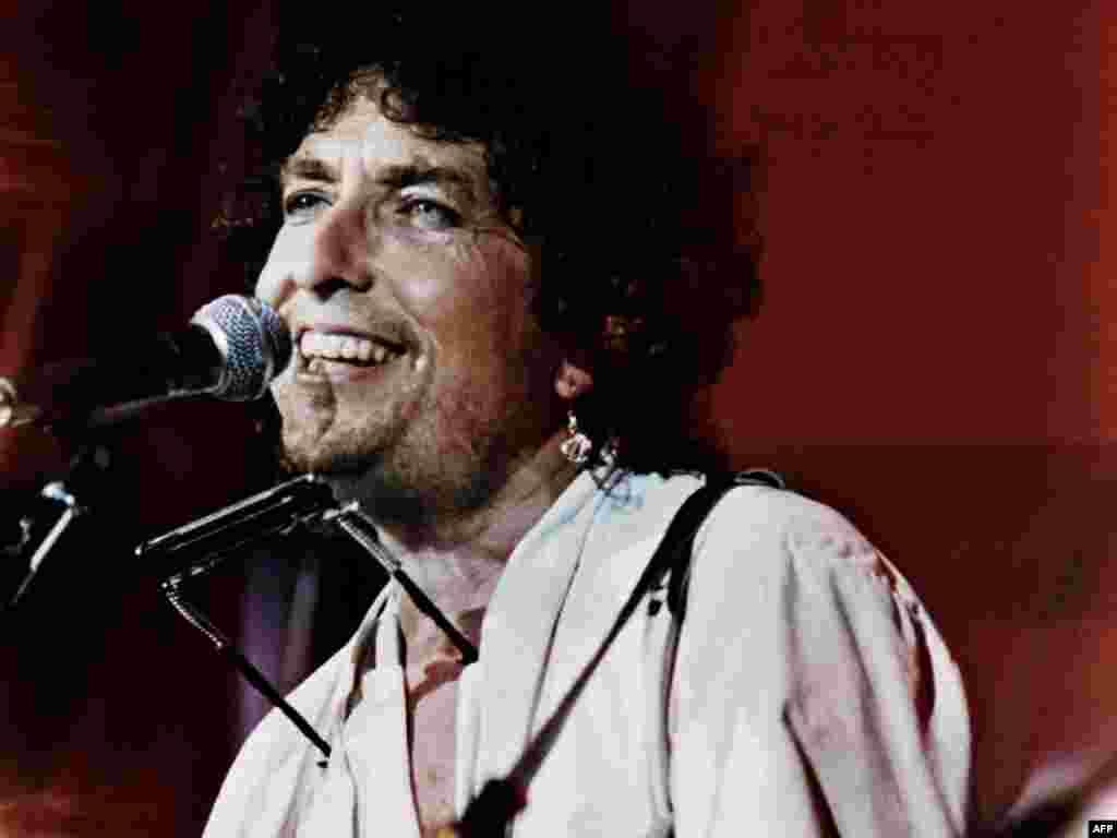 Дилан в Филадельфии в 1985 году на благотворительном концерте против голода в Африке.
