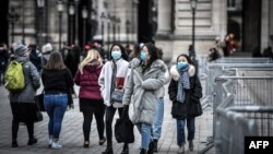 Туристы в Париже в медицинских масках, 28 февраля 2020 года. Фото: AFP