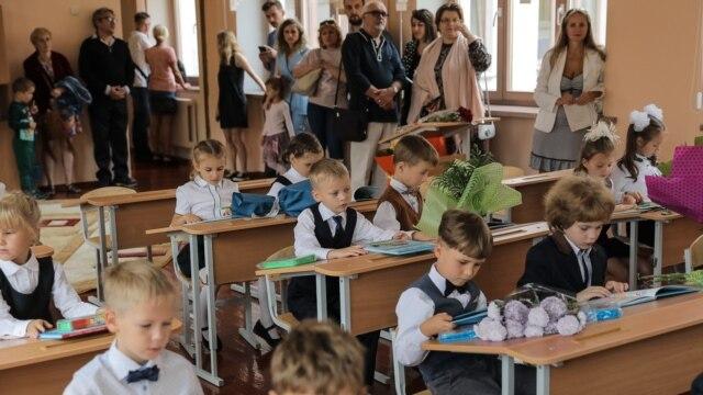 Programme: В нашей сегодняшней программе мы расскажем, что такое вальдорфская педагогическая система. Школа, где на уроках танцуют. Индивидуализация образования – модный тренд или необходимость? Зачем российские граждане, уезжая за границу, отдают детей в русские школы?